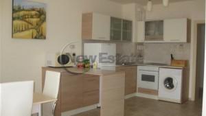 Einbauküche mit Herd, Waschmaschine, Kühlschrank, Mikrowelle und Toaster